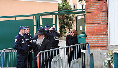 שוטרים בכניסה לבית הספר (צילום: MCT)