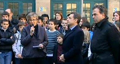 רוב האירועים - בצרפת. סרקוזי מבקר בבית הספר (צילום: רויטרס)