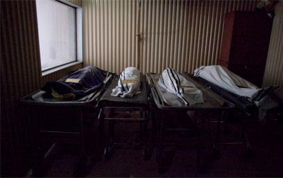 גופות שלושת הילדים והמורה בבית ההלוויות (צילום: אוהד צויגנברג)