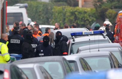 כוחות משטרה ליד הבניין בו התבצר החשוד בפיגוע (צילום: AFP)