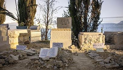 """קברי יונתן סנדלר ז""""ל ושני ילדיו בירושלים (צילום: נועם מושקוביץ)"""