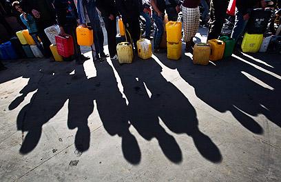 תושבים בעזה ממתינים לדלק (צילום: EPA)