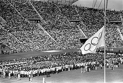 המשחקים נמשכו למרות הטבח. דגל האולימפיאדה ירד לחצי התורן (צילום: Gettyimges)