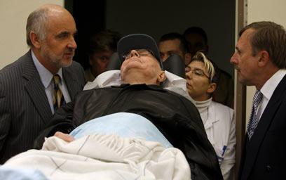 דמיאניוק מובל למשפטו בגרמניה (צילום: AFP)