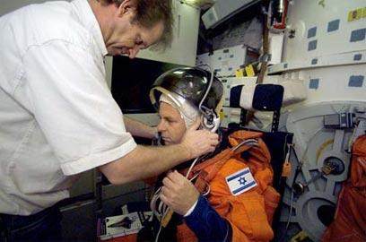 """אילן רמון בהכנות לשיגורו לחלל, בעשור הקודם (צילום: נאס""""א)"""