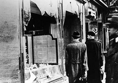 אומדים את הנזק אחרי ליל הבדולח, גרמניה 1938 (צילום: Gettyimages Imagebank)