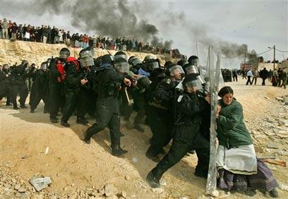 אלפי בני אדם פונו, מאות נפצעו בפינוי המאחז עמונה (צילום: עודד בלילטי, איי פי)