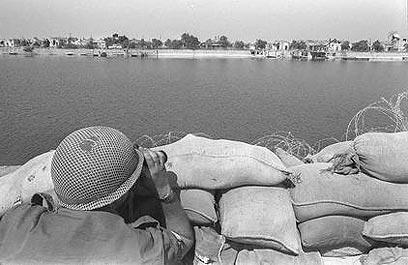 """צה""""ל על התעלה במלחמת ההתשה. ההבלגה עלתה ביוקר (צילום: משה מילנר, לע""""מ)"""