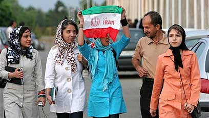 במעילים ובצעיפים. נשים איראניות (צילום: איי פי)