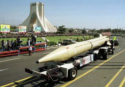 """הצגת טיל שיהאב. יכולת לפתח מאות טילים בטווח של 1,500 ק""""מ (צילום: איי אף פי)"""