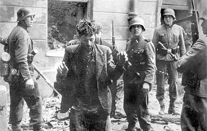 גרמנים עוצרים יהודי בגטו ורשה (צילום: איי פי)