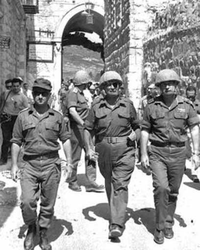 """רבין, משה דיין ועוזי נרקיס במהלך מלחמת ששת הימים (צילום: אילן ברונר, לע""""מ)"""