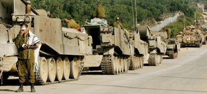 """שיירה צה""""לית במהלך מלחמת לבנון השנייה (צילום: רויטרס)"""
