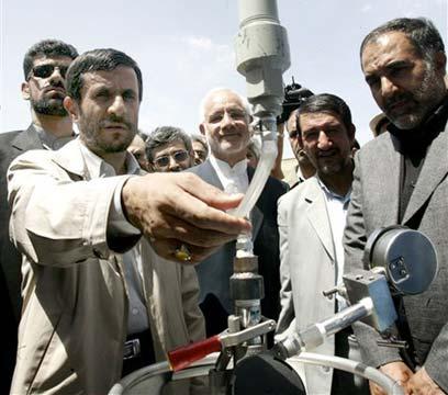 אחמדינג'אד מבקר בכור באראק ב-2006 (צילום: איי פי)