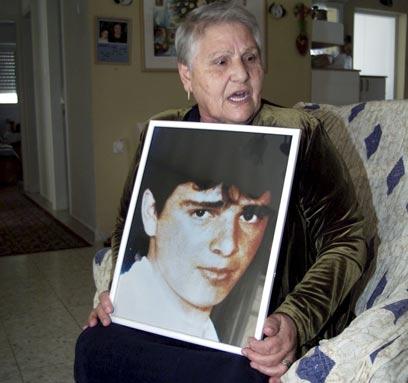 ז'ילבר סעדון אוחזת בתמונת בנה, אילן, שנרצח ב-1989 (צילום: דני סלומון)