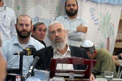 הרב מוטי אלון. התפנה לשיחת טלפון, והושיב שוב על הברכיים (צילום: גילי אליהו)