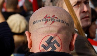 """ניאו נאצי בהפגנה בהונגריה. """"עכשיו הם יותר מקצוענים מחבורה של גלוחי ראש שיכורים ומטומטמים"""" (צילום: רויטרס)"""