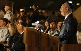 Peres addresses ceremony at Western Wall (Photo: Michael Patael, Jenny)