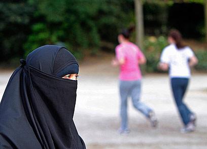 אישה רעולה. קנס גם למי שיחייב אישה להתכסות בציבור (צילום: רויטרס)