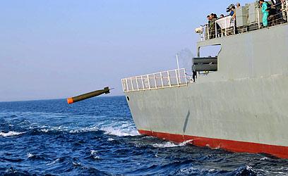 טהרן חידשה את איומיה לסגור את מצר הורמוז. תרגיל של צבא איראן (צילום: AP)