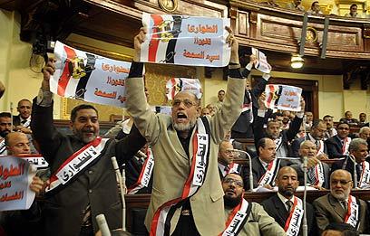 יכולים להציל את מצרים? האחים המוסלמים מפגינים (צילום: AFP)