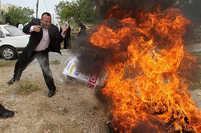 Palestinians burn settlement goods (Archive photo: AP)