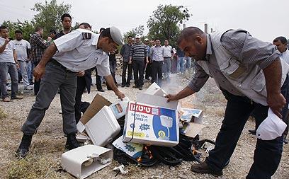 """""""הנפגעים העיקריים יהיו פלסטינים"""". שריפת תוצרת ישראלית ביו""""ש (צילום: AFP)"""