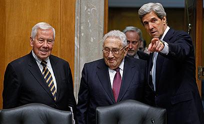הנרי קיסינג'ר עם מזכיר המדינה קרי (מימין) (צילום: AFP)