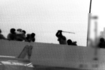 """נוסעים מכים את חיילי השייטת על ה""""מרמרה"""" (צילום: דובר צה""""ל)"""