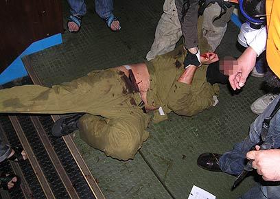 לוחם שייטת מותקף בידי פעילים. ידעו שיהיה מסוכן, ולא עשו (צילום: AFP)
