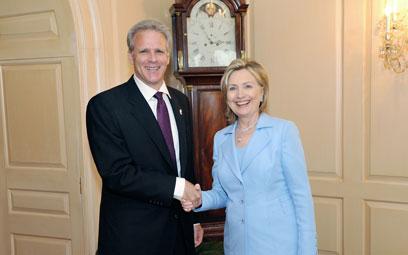 עם מזכירת המדינה לשעבר קלינטון. ימני מפוכח, הלך בין הטיפות