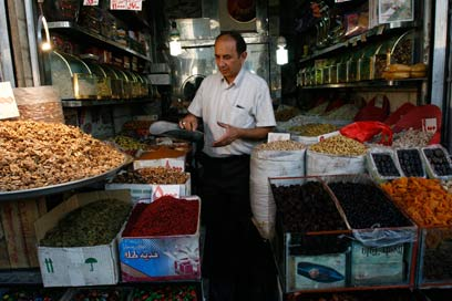 הפיחות במטבע האיראני מול הדולר הגיע לשיא (צילום: AP)