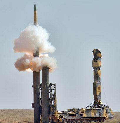 מערכת S-300 בפעולה (צילום: AFP)