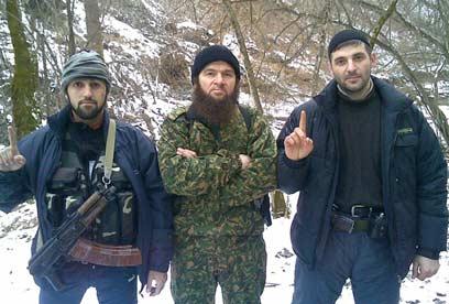 רוצים להקים מדינה איסלאמיסטית בקווקז. אומרוב (במרכז) עם מורדים צ'צ'נים (צילום: AFP)