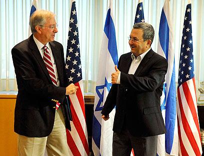 דניס רוס עם שר הביטחון ברק (צילום: אריאל חרמוני, משרד הביטחון)