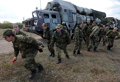 חיילים מתרגלים את השימוש במערכת ההגנה האווירית (צילום: AFP)