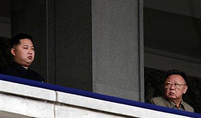 קים ג'ונג איל, לצד בנו היורש, צופים במצעד צבאי (צילום: רויטרס)