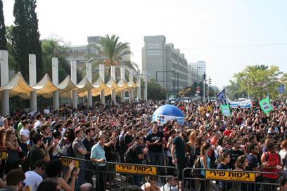 """הפגנה נגד """"חוק האברכים"""" בתל אביב (צילום: שקד זיכליוסקי)"""
