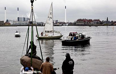 עוברת דירה עם מורטן לישראל? אולי. פסל בת הים הקטנה שבקופנהגן (צילום: AFP)