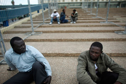 """פליטים בכיכר רבין. """"אנשים שקופים בעיני המדינה"""" (צילום: רויטרס)"""
