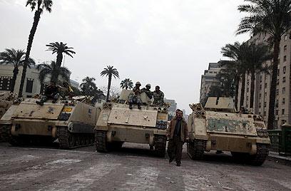 טנקים מצריים בקהיר. הקצינים רואים במהפכה הזדמנות (צילום: AP)