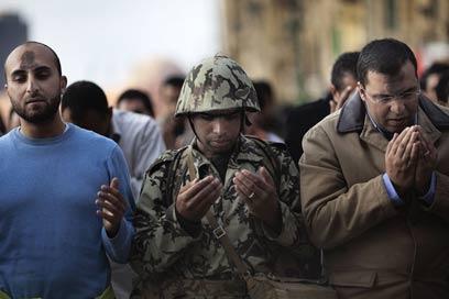 חיילים פגעו במפגינים למרות הודעתם על ניטרליות? (צילום: AFP)