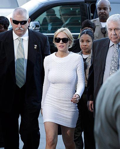 לינדזי לוהן באחת מהגיחות שלה לבית המשפט (צילום: AP)