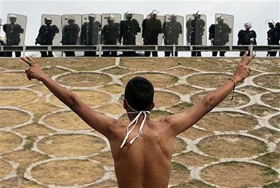 """""""תמכת במהפכה בבחריין. מדוע לא בזו שבסוריה?"""". מפגין בבחריין (צילום: AP)"""
