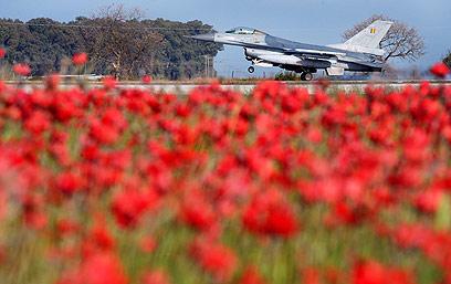 """F-16. """"זורקים כסף על מצרים"""" (צילום: AP)"""