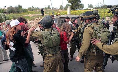 """""""אנרכיסטים מגיעים לכפר"""". עימותים בבית אומר (ארכיון) (צילום: Anne Paq/Activestills.org)"""