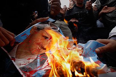 מעלים באש את תמונת הנשיא הסורי. גם טורקיה מתנתקת (צילום: AP )