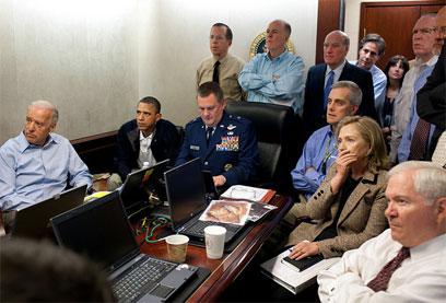אובמה, קלינטון ובכירי הממשל צופים בחיסול בשידור חי (צילום: Pete Souza)