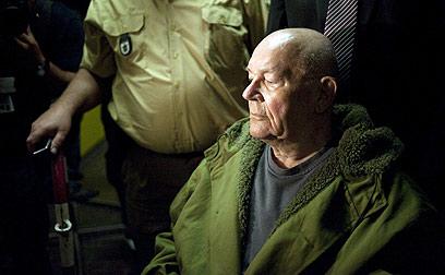 דמיאניוק יוצא מאולם המשפט. הרשעתו מהווה תקדים (צילום: MCT)