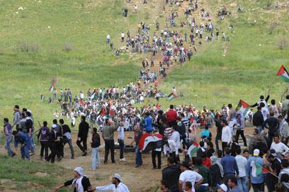 אזרחים סורים סמוך לגבול ישראל במאי האחרון (צילום: אביהו שפירא )